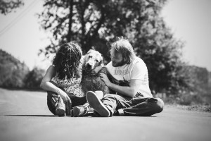 Reportaje de familias con Mascotas junto a su perro en el campo