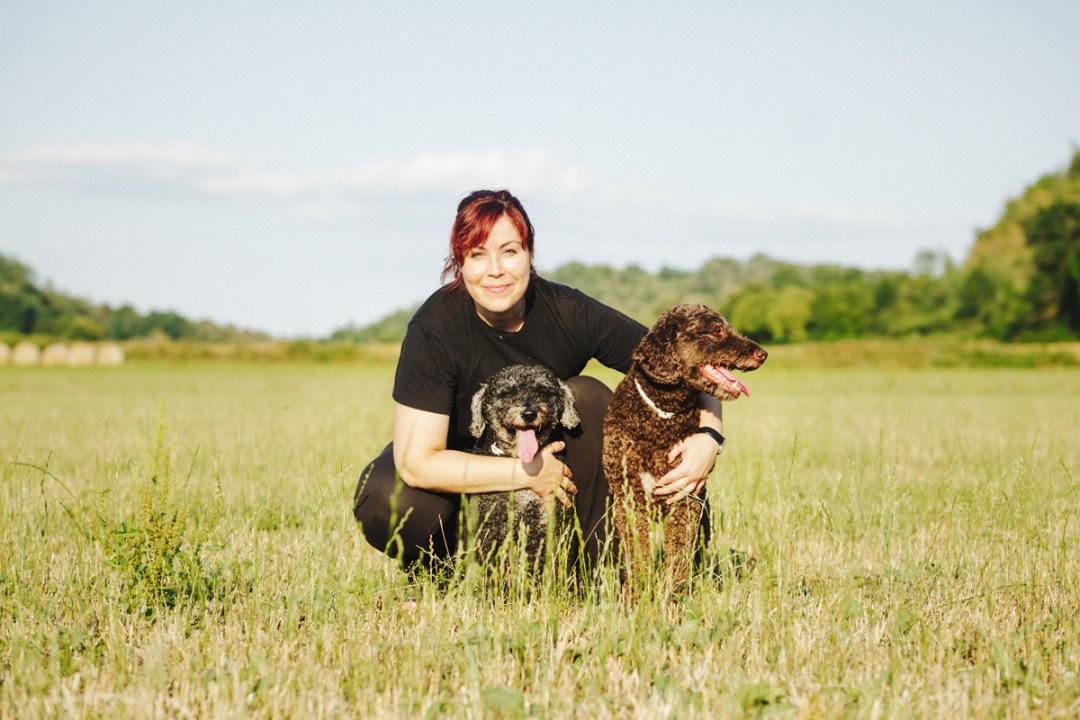 chica con sus dos perros de aguas