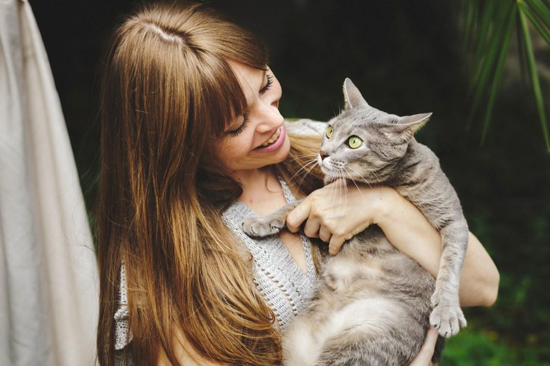 chica con gata