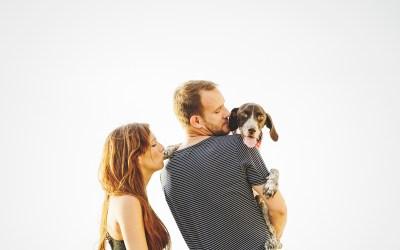 Fotógrafo de mascotas: Preboda con perro. Marta, Jorge y Hendrix