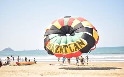 Image result for turistas en playas de mazatlan