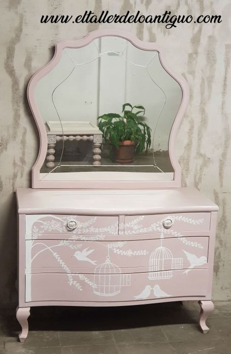 Comoda pintada a mano alzada con espejo rosa boheme de Mary Paint