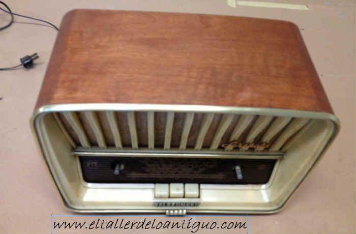 Restauramos una radio antigua a muñequilla barniz de gomalaca aplicado a mano para acabados antiguos