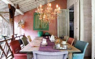 Mesas y sillas de colores