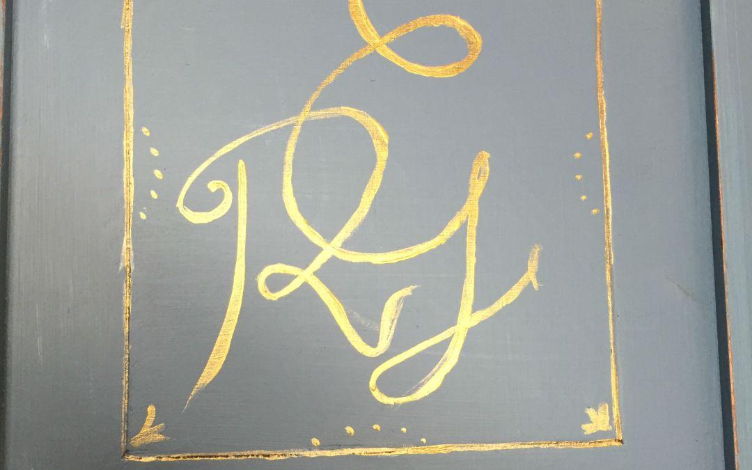 Pintar monogramas en muebles