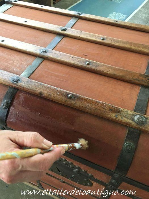 secado de la tierra en el tejido, restauración de un baúl de tejido gutapercha