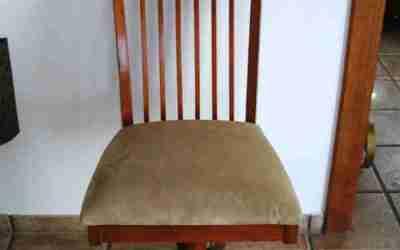 Restauramos unas sillas de despacho con barniz tinte para madera
