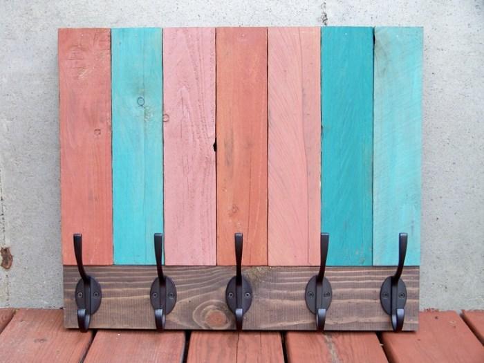 perchero de pared restaurado con tablas