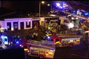 En el pub trabajaban bomberos y policías, para rescatar a las personas que quedaron atrapadas. Foto: Twitter / BBC News