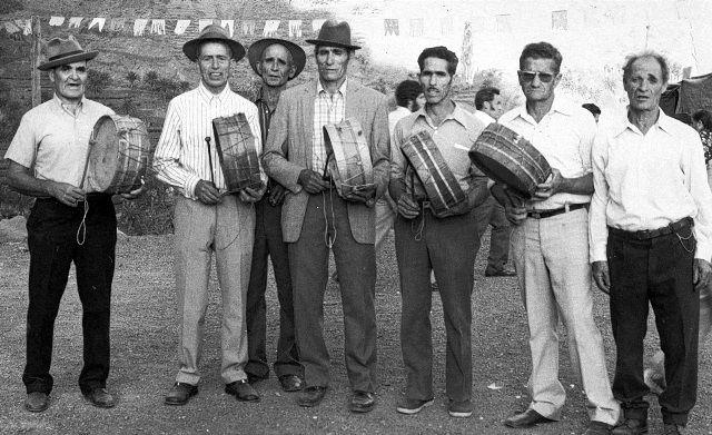 Celebrando La Candelaria en la plaza de San Antonio 02-02-1975. De izquierda a derecha Cándido Dorta, Eugenio Navarro, Antonio Correa, Domingo Niebla, Pancho Cruz, Pancho Chinea y Manuel Chinea (Fotografía cedida por Bertilia Niebla Dorta).