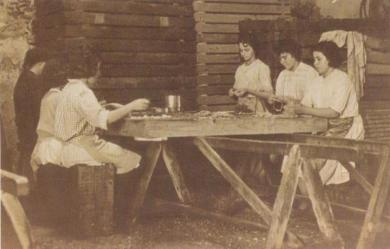 Unas trabajadoras enlatan caballas en la factoría de Mario Novaro Parodi en La Cantera (Alajeró)