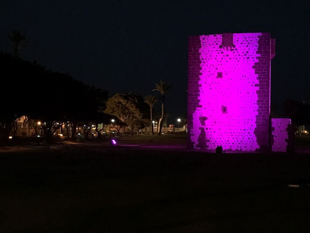 La Torre del Conde se ilumina este lunes en el Día Contra el Cáncer de Mama