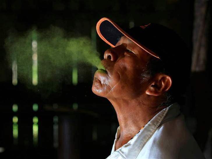 Los múruis mastican coca y evocan el conocimiento ancestral bajo el efecto de la planta.