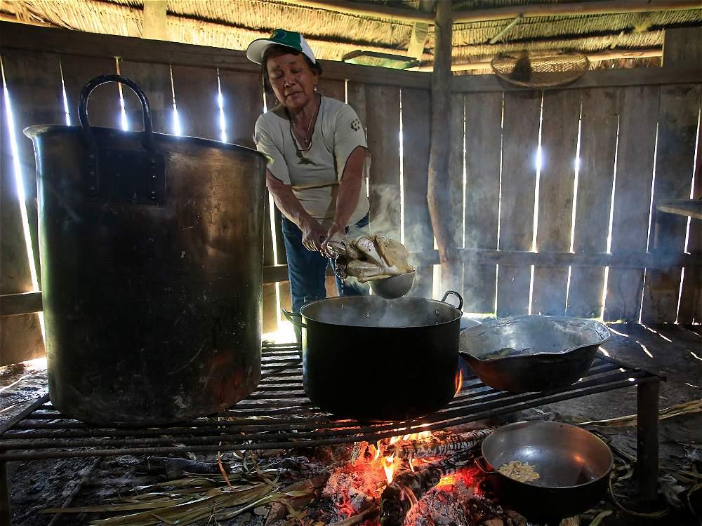 Las mujeres cumplen un papel especial en esta comunidad. No solo se encargan de la comida y otros oficios. También deben ayudar a preservar las tradiciones ancestrales.