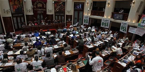La sesión ininterrumpida del Congreso, compuesto por las cámaras de Diputados y Senadores, sancionó la norma por dos tercios de sus 166 miembros, luego de unas 18 horas de debate.