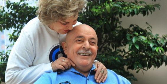 Luiz Inácio Lula da Silva y a su esposa Marisa Leticia, luego de que le afeitara la barba y cabeza.
