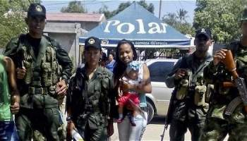 Guerrilleros de las Farc, armados, estuvieron el jueves en el sector de Conejo (La Guajira), acompañando a sus comandantes.
