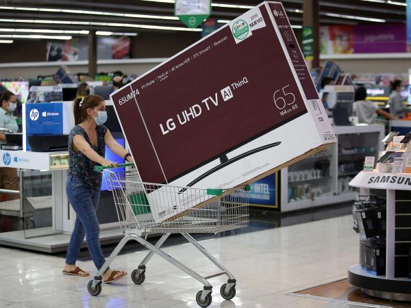 Hasta para ir de compras hay nuevos hábitos. como el distanciamiento en la cajas y la toma de temperatura.