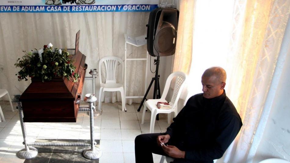 A la derecha, el padre de César Alexis Blanco, asesinado hace nueve días en el oriente de Cali.