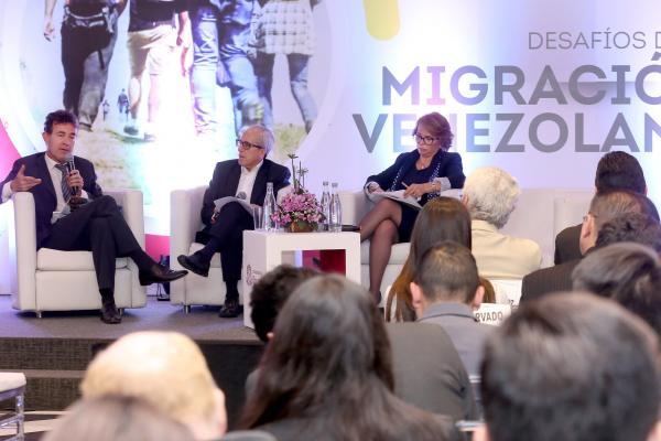 Foro Desafios de la migración venezolana realizado en la Universidad del Rosario Josef Merkx, Edulfo Peña y Ana Eugenia Durán-Salvatierra.