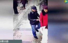 Hombre se roba teléfono con unas pinzas