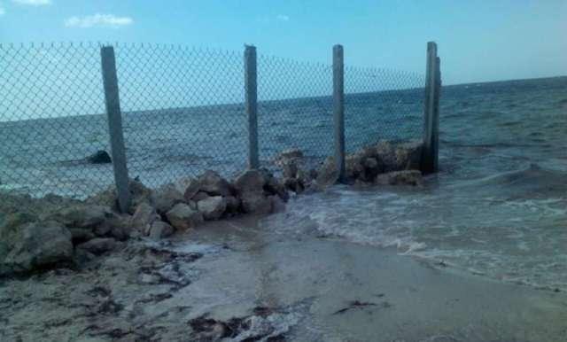 Quitan malla en la costa de Santa Clara, tras quejas