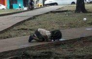 La imagen de una niña tomando agua de un charco se hace viral
