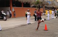 Maximiliano Domínguez llegando a la meta primer lugar de relevos en el Maraton del la Marina