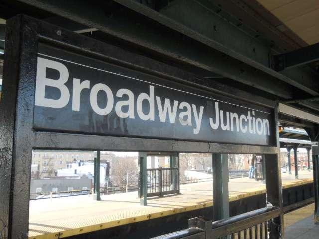 Arrastra a su pareja al Metro y ambos mueren atropellados