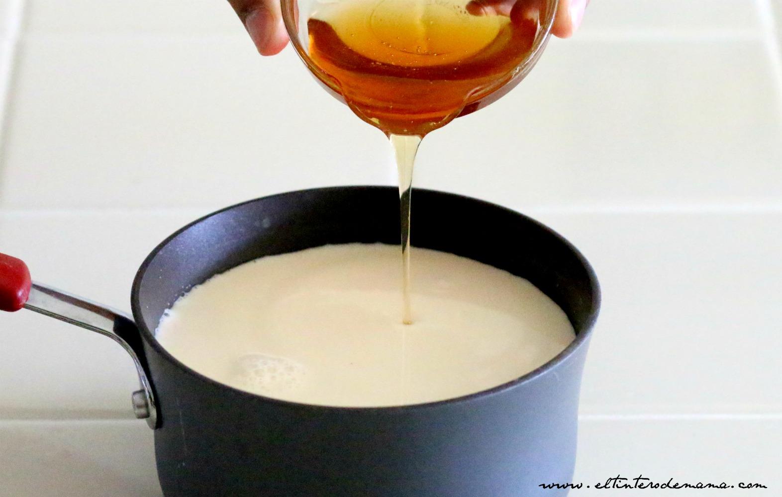 brownies-cubiertos-de-crema-de-leche-y-miel