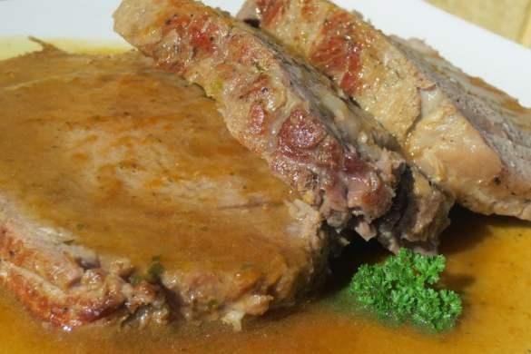 El auténtico redondo de ternera con la receta tradicional, asado y con salsa