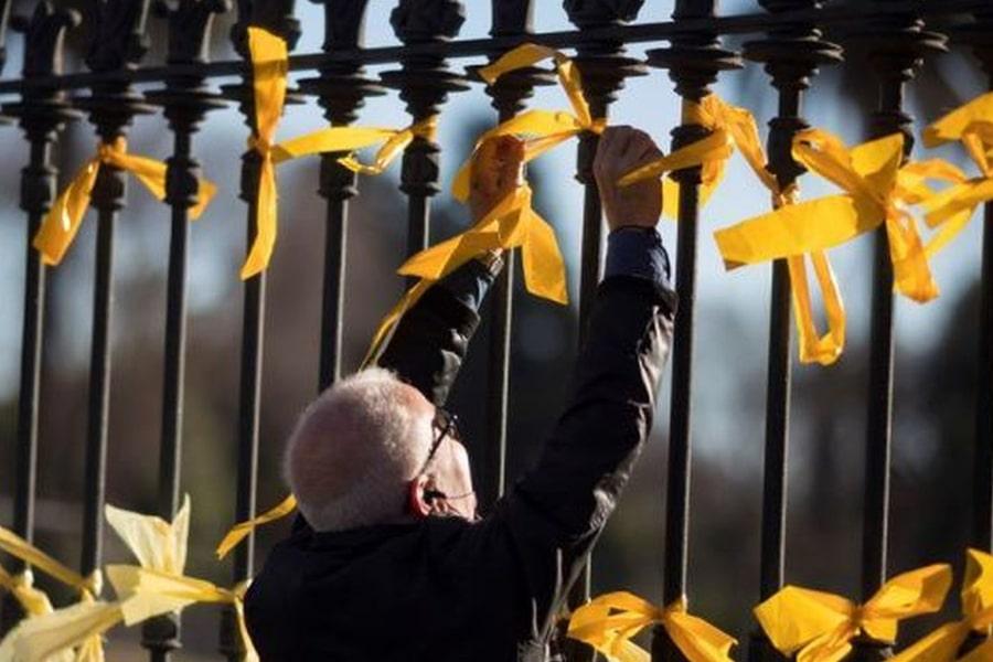 ¿Debe actuar Ada Colau contra el agresor de una mujer por quitar lazos amarillos?