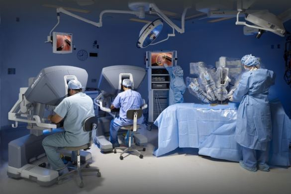 Cirujanos operando con el Robot Da Vinci
