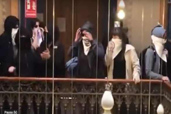 Vídeo: Feministas tapadas boicotean un acto del PP de Cataluña