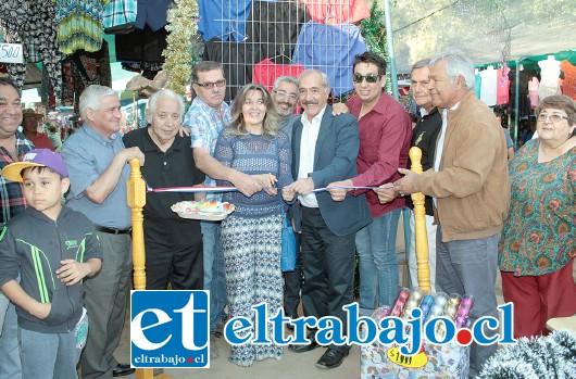 LLEGÓ LA NAVIDAD.- Al acto de inauguración, llegaron concejales sanfelipeños y el alcalde Patricio Freire, quienes procedieron al corte tradicional de cinta.
