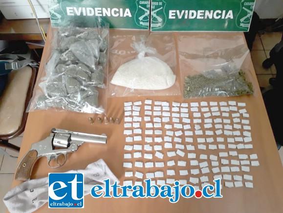 Personal de la SIP de Carabineros de San Felipe logró reducir al delincuente, incautando un arma de fuego cargada, marihuana y pasta base de cocaína en la Villa El Totoral de San Felipe.