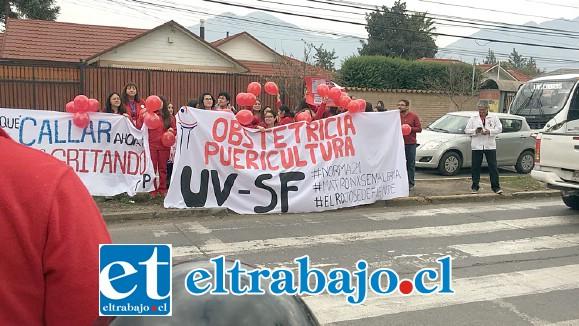 Las matronas manifestándose en la calle, frente al Hospital San Camilo.