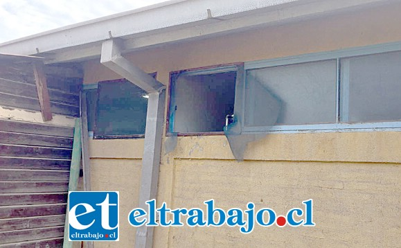 Por esta pequeña ventana los delincuentes ingresaron hasta la bodega de la Escuela San José de Catemu, para sustraer los equipos de amplificación.