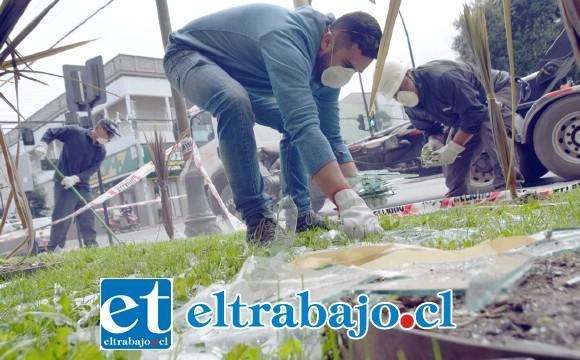 HECHO AÑICOS.- Empleados municipales limpiaban ayer los cristales y escombros en las afueras del edificio consistorial.