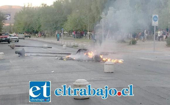 Barricadas en la esquina de calle Prat con avenida Yungay de San Felipe.