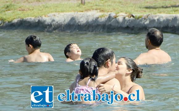 BUSCANDO REFUGIO.- Familias enteras llegaron con sus hijos a disfrutar de las ricas aguas, buscando escapar del tremendo calor que nos abrasa en estos días.