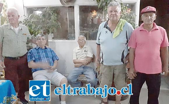 A la izquierda el siempre activo Antonio 'Cocoa' Villarroel, junto a socios de la agrupación.