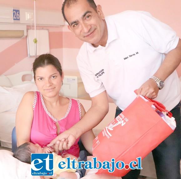 El jefe de Gabinete de la Gobernación de San Felipe, Max Navas, hace entrega de un obsequio a la mamá de Oscar, el primer bebé nacido en 2020 en todo el país.