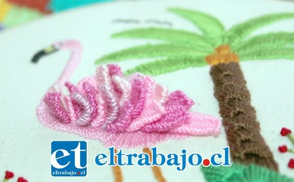 EN 3D.- Aquí tenemos este bello bordado, las plumas del flamingo son en relieve y parecieran ser verdaderas.