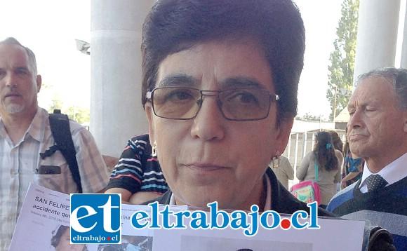 Nancy Delgado sosteniendo una foto de su hijo a la salida del Tribunal de San Felipe, luego del juicio contra el conductor del vehículo que impactó con el de Javier.