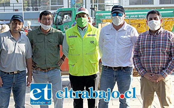 ELLOS AL FRENTE.- Aquí vemos a varios empresarios, agricultores en compañía del alcalde Claudio Zurita.