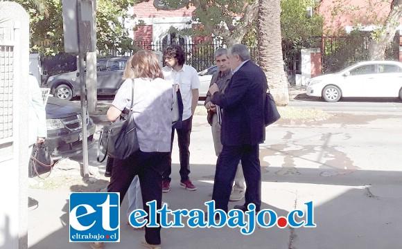 El alcalde Boris Luksic en las afueras del tribunal conversando con familiares y testigos.