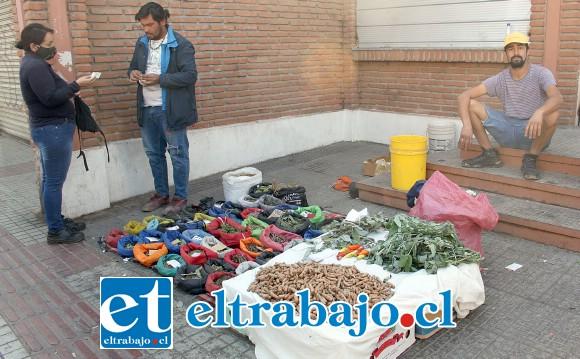 EL HIERBATERO YA SE VA.- Hasta este vendedor de hierbas y raíces medicinales tuvo que guardar su mercadería y abandonar la vía pública.