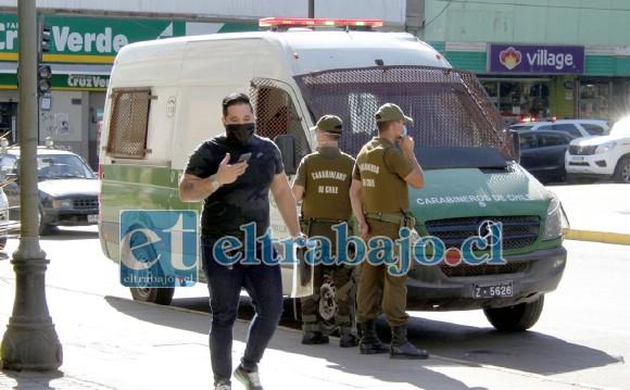 MUY DE CERCA.- Carabineros vigiló de cerca los acontecimientos sin intervenir en la situación de los comerciantes.