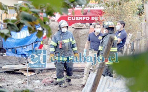 INVESTIGAN TRAGEDIA.- Las cámaras de Diario El Trabajo tomaron registro del accionar de la PDI y Bomberos al interior del inmueble siniestrado.